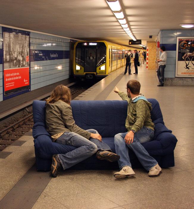 mit dem sofa in die ubahn. Black Bedroom Furniture Sets. Home Design Ideas